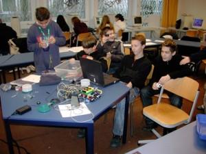 Schüler experimentieren mit selbstgebauten Robotern